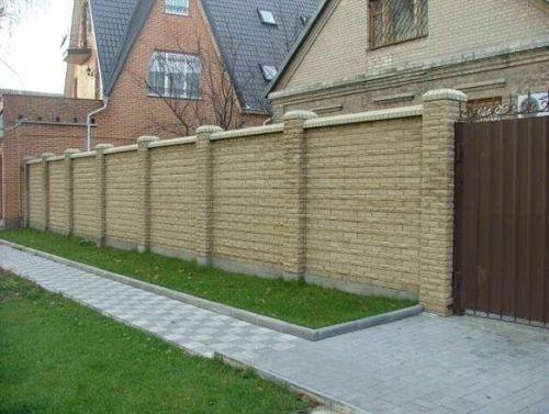 Кирпичный забор с отделкой искусственным камнем