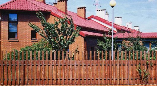 Добротный, глухой деревянный забор надежно отделяет участок от улицы