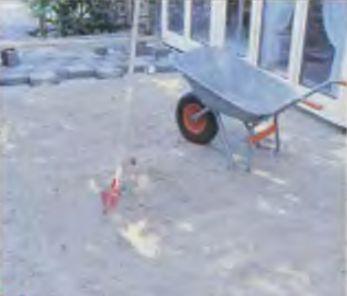 Постель из песка укладывают слоем 10 см, тщательно трамбуя