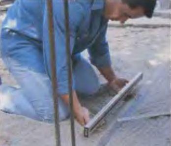 Уровнем выверяют положение шнура и приступают к укладке плитки