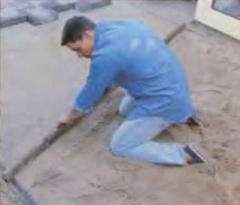 Прямой рейкой, ведомой по направляющим, снимают лишний песок