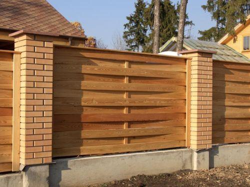Комбинированный забор. Кирпичные столбы и пластиковые пролеты