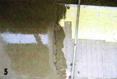 Укладка основной стяжки по маякам.Чтобы сократить расход раствора, по краю лоджии дополнительно положил куски пенополистирола