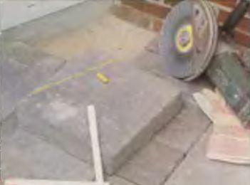 Отдельные плитки подрезают в необходимый размер