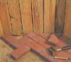 Если площадка непрямоугольная, то приходится нарезать клинкер