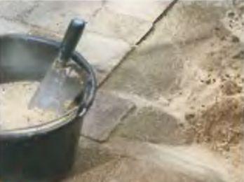 По наружному периметру подсыпают сухую цементную смесь