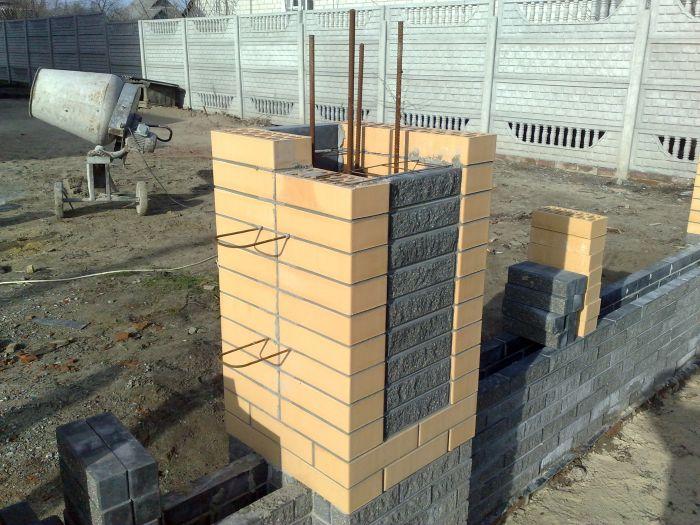 Строительство кирпичных столбов забора