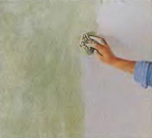 Цветовые пятна в нежных тонах делают на стене губкой