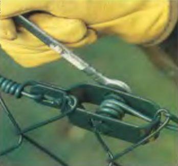 Вращая натяжное устройство, подтягиваем проволоку