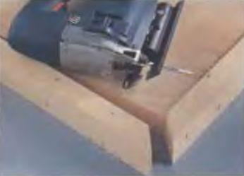 Опорная плита электролобзика имеет плавную регулировку угла наклона