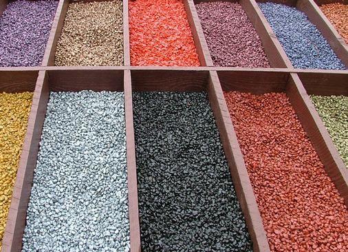 Разнообразие цветов и материалов декоративной мульчи