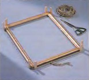 Стягивающий плетеный шнур с 8 деревянными колышками выполняет ту же роль