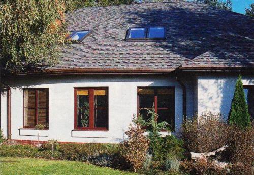 Выразительно выделяющаяся простая крыша является важным элементом архитектуры дома