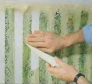 Полосы скотча снимают после высыхания очередного слоя краски