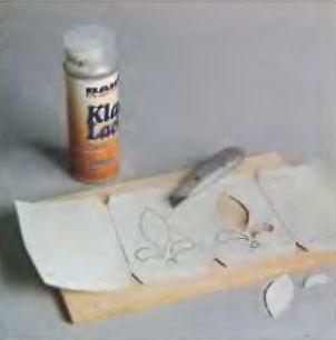 Шаблоны вырезают из плотной бумаги острым и удобным ножом