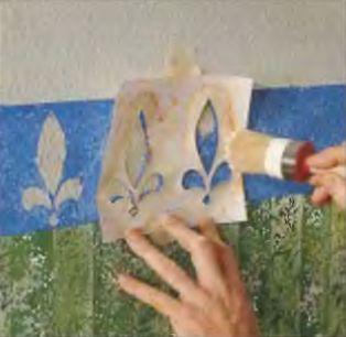 Точно и крепко прижав шаблон к стене, кистью густо наносят краску