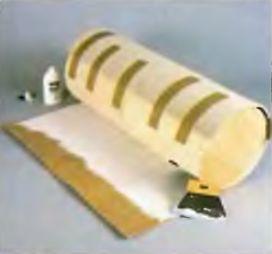 Ковровое покрытие в натянутом состоянии наклеиваем на фанеру