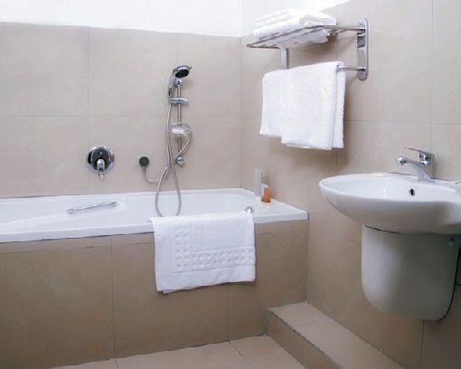Прямоугольная ванна в интерьере ванной комнаты