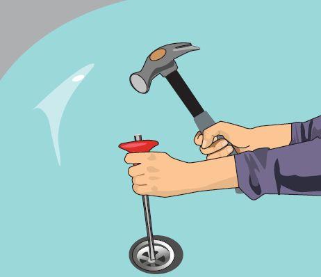 Разбиваем сливную решетку с помощью молотка и зубила