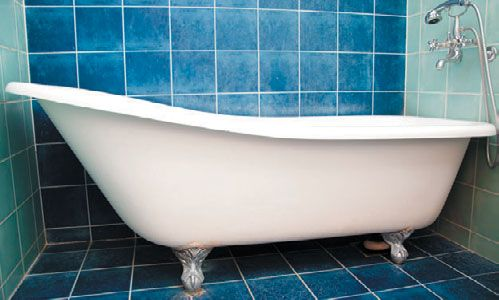 Свободно стоящая чугунная ванна на ножках