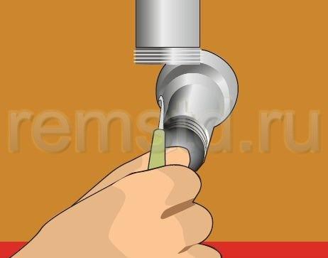 4. Прочищаем сливную трубу сифона с помощью крючка или проволоки