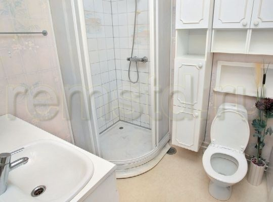 Угловая душевая кабина сэкономит место в ванной комнате