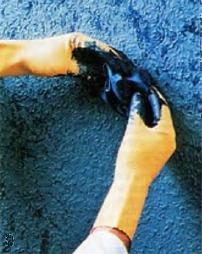 Создание узора на стене с помощью скомканной тряпки