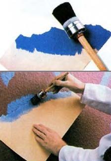 Создание узора на стене с помощью картона с рваным краем