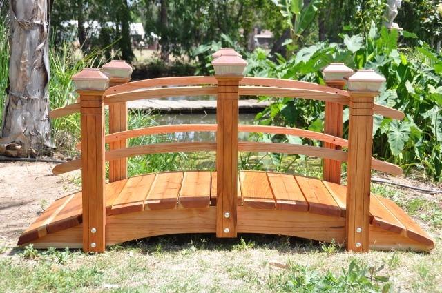 Небольшой деревянный мостик в саду