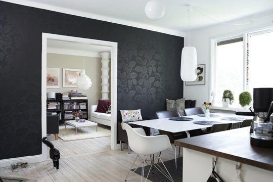 Контраст стен, окрашенных в черный цвет с добавлением ярких узоров