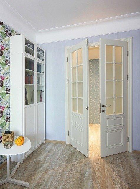 Установленная межкомнатная двустворчатая дверь со стеклянной филенкой