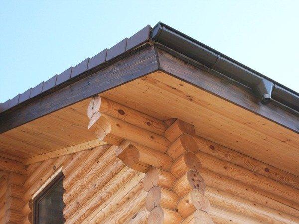 Карнизный свес крыши облицован сосновыми досками