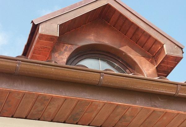 Карнизный свес крыши облицован медными софитами