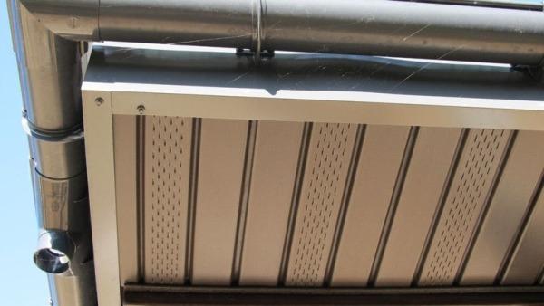 Карнизный свес крыши облицован металлическими софитами