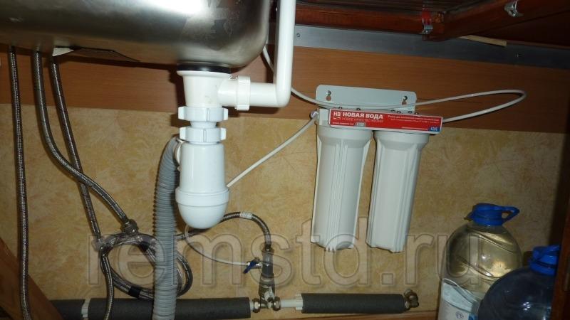 Фильтры тонкой очистки под раковиной на кухне