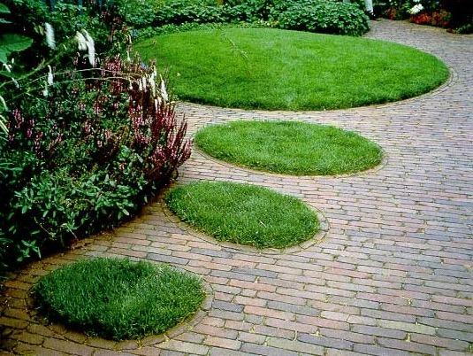 Вставки газона при мощении площадки