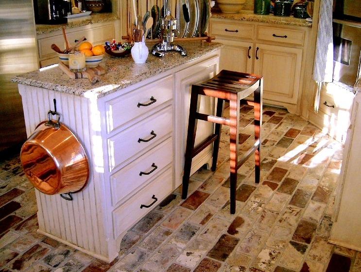 Пол на кухне из клинкерного кирпича