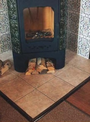 Стенки из суперизола облицованы изразцовой плиткой и установили печь-камин на заранее подготовленное место