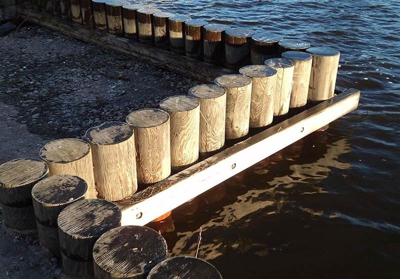 Укрепление берега бревном (деревянными сваями)