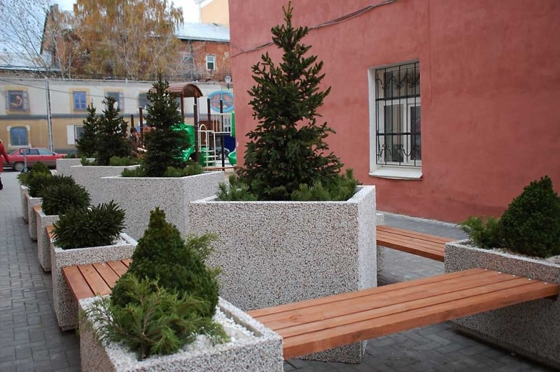 Вазоны и цветочницы из бетона. Озеленение придомовой территории