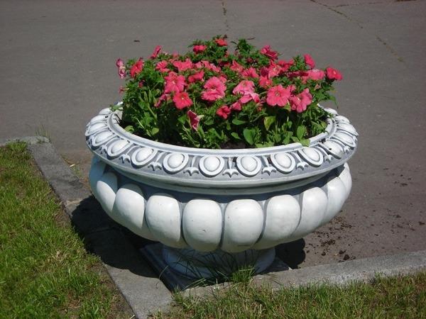 Уличные вазоны и цветочницы из бетона