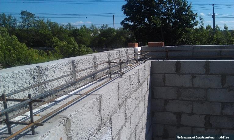 Прежде чем залить бетон для армопояса, следует установить армокаркас из прутьев арматуры