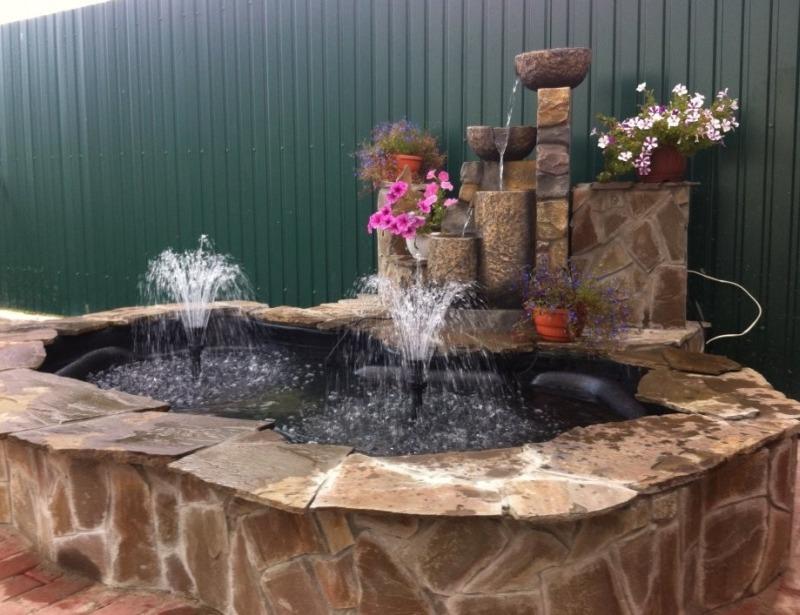 Декоративный садовый фонтан и водоем на дачном участке