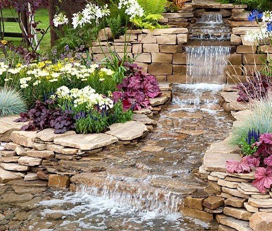Декоративный ручей и каскадный водопад на дачном участкке