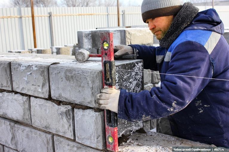 Проверка горизонтальности уложенного ряда и вертикальности стены выполняется строительным уровнем