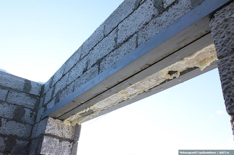 Для обустройства оконных проемов можно использовать как бетонные перемычки, так и металлические уголки. Металлические уголки удобнее в использовании и легче.