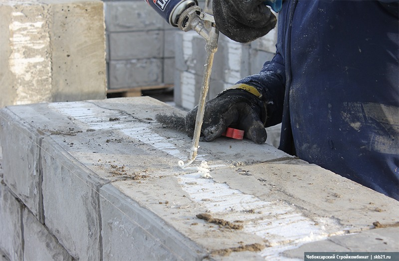Для предотвращения формирования мостиков холода стыки блоков заполняются монтажной пеной.