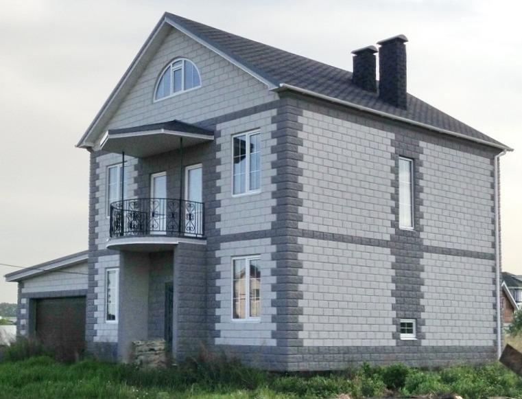 Дом построен из многослойных строительных теплоблоков