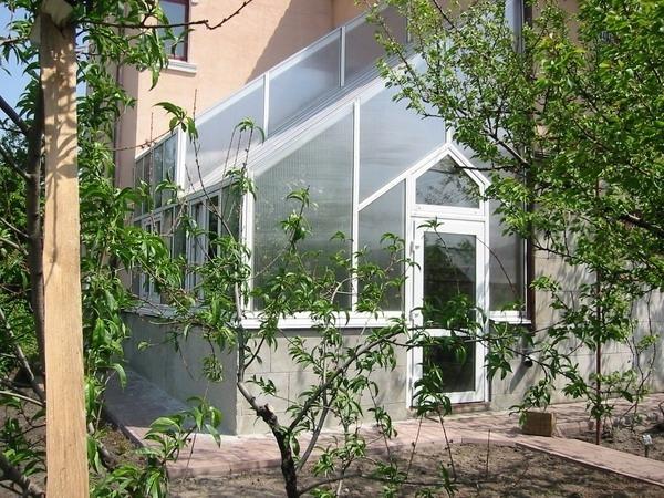 Зимний сад из поликарбоната пристроенный к дому