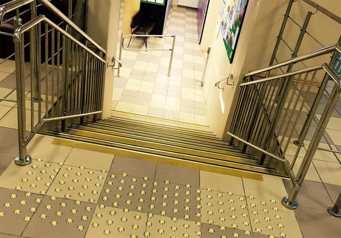 Обозначение лестницы тактильной плиткой или тактильными индикаторами